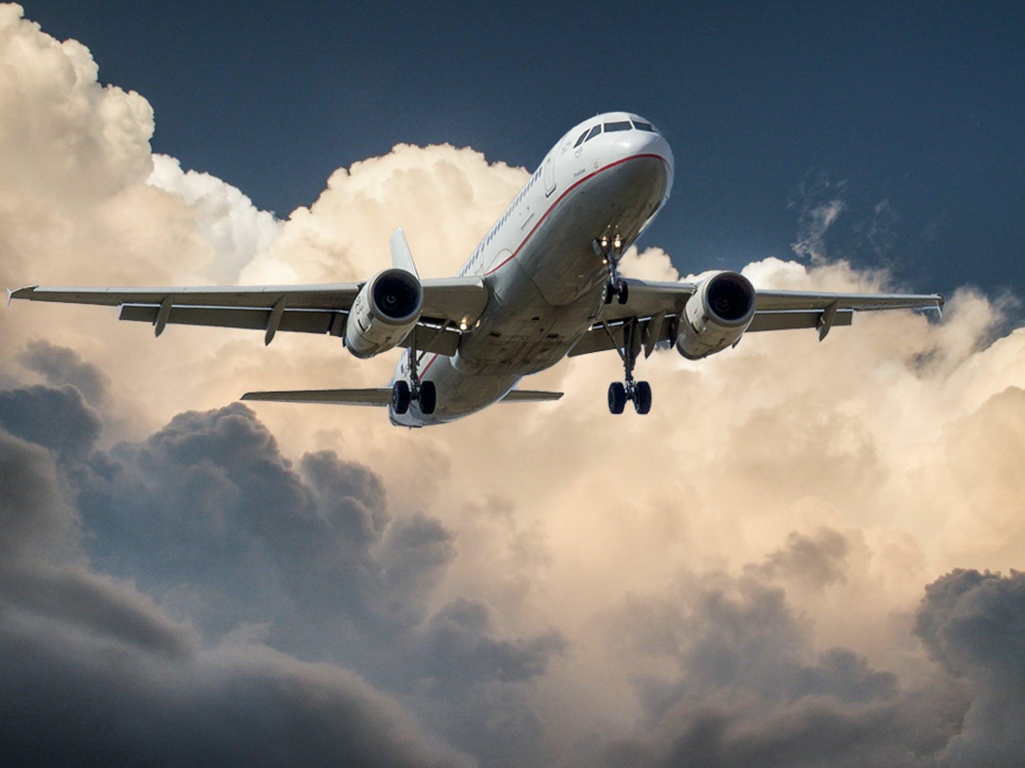 هواپیما در حال پرواز در آسمان