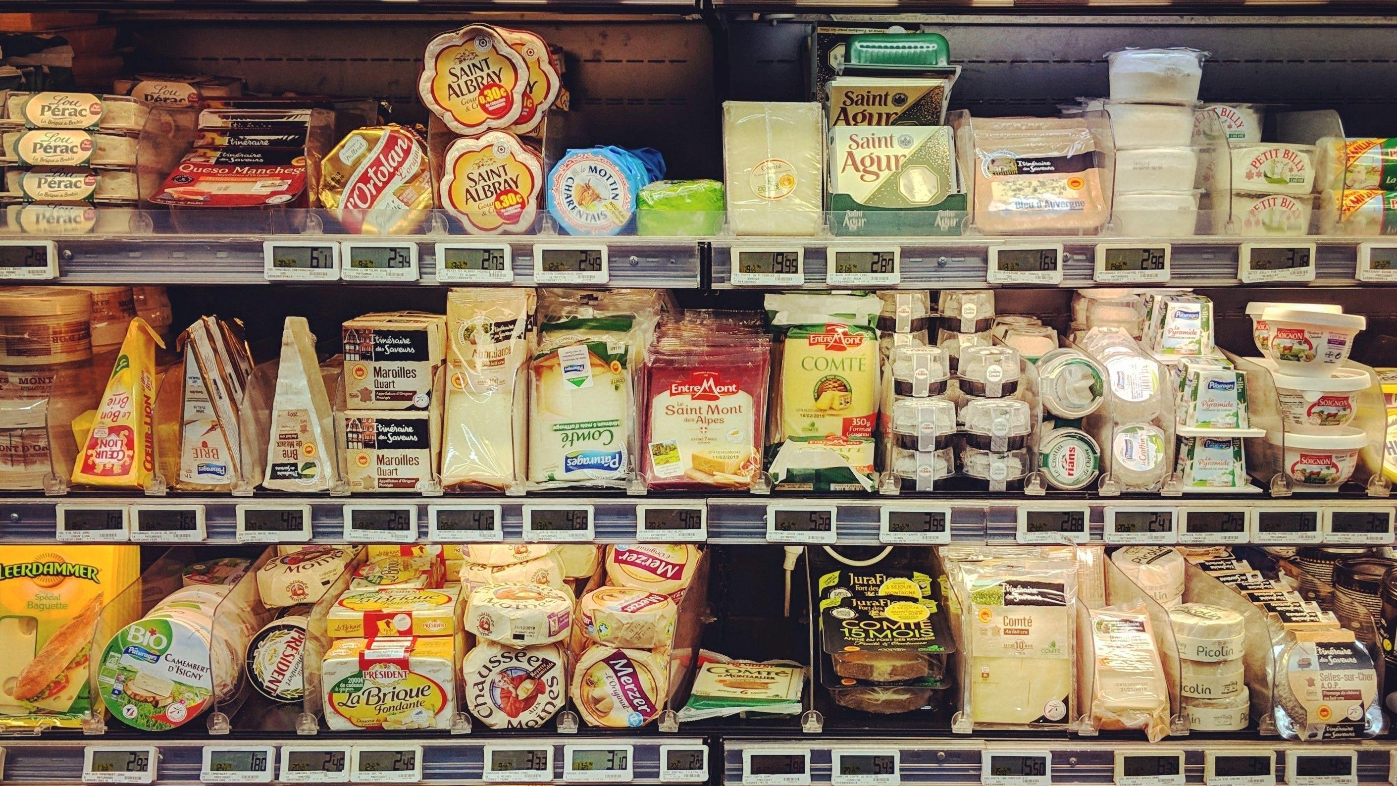 بستههای مواد غذایی و محصولات لبنی در یخچال فروشگاه
