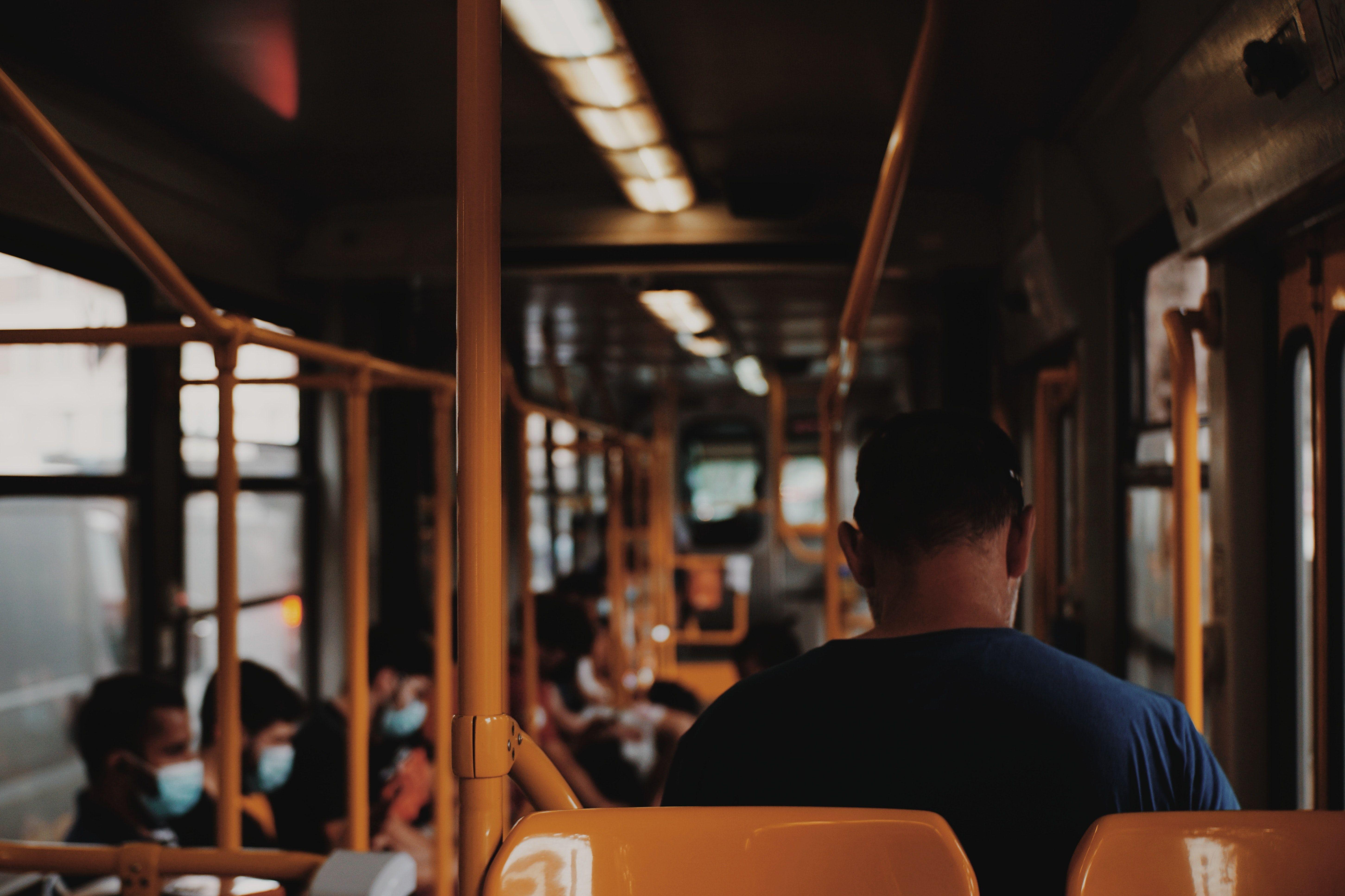 مردم با ماسک درون اتوبوس