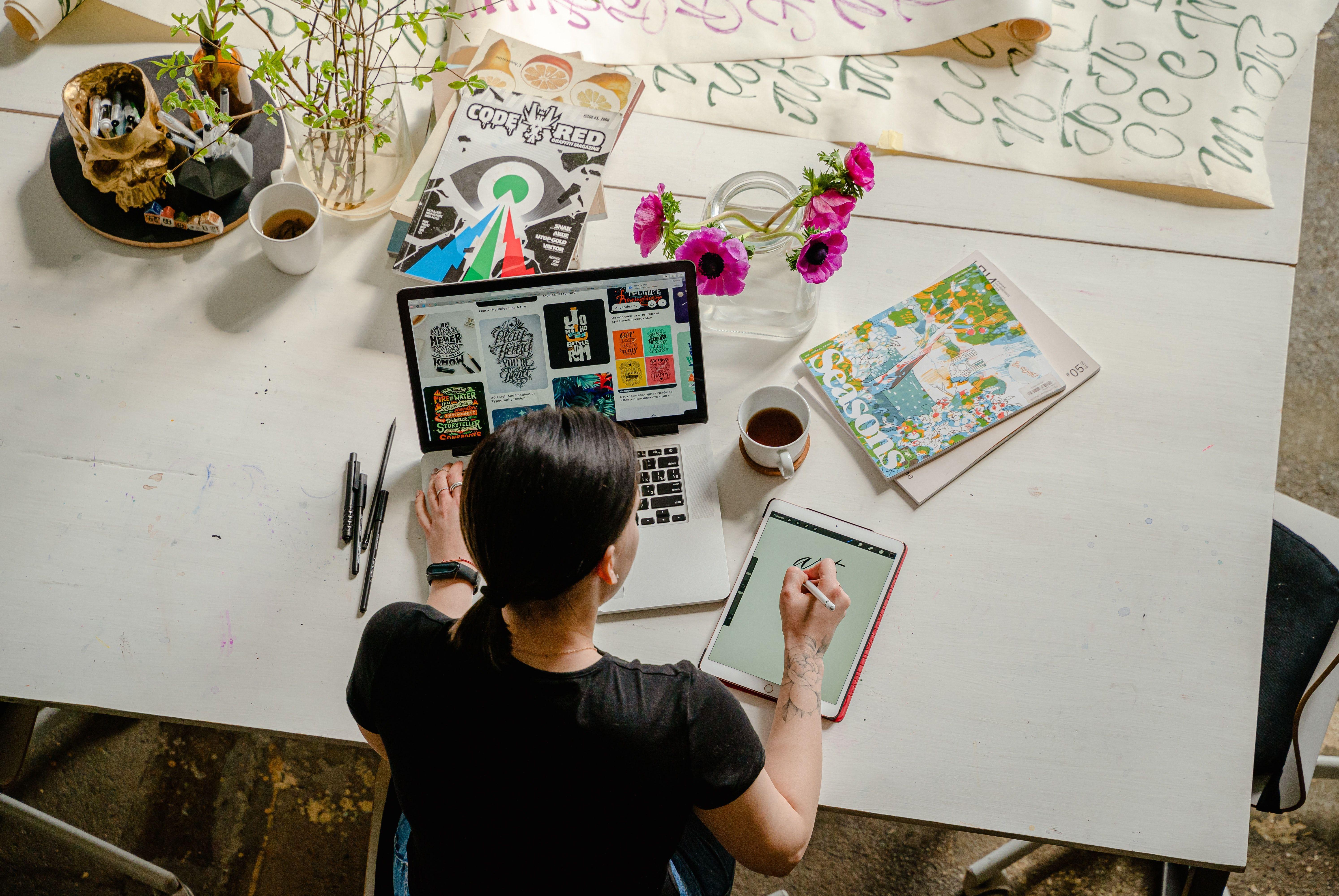 طراح گرافیک در حال طراحی با کامپیوتر