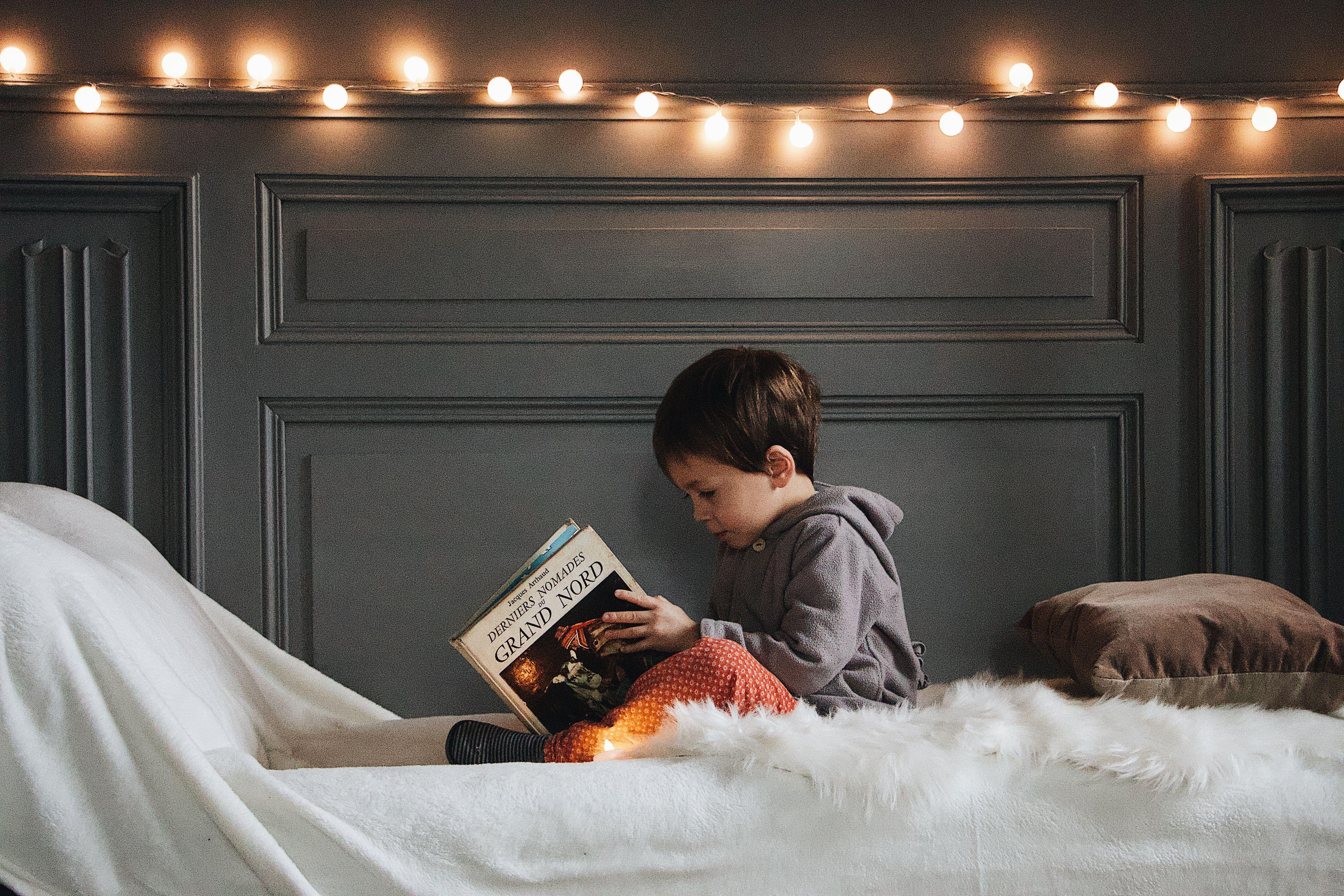 کودک در حال کتاب خواندن