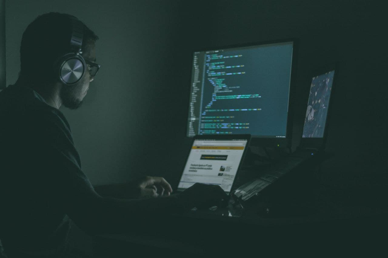 مرد مشغول برنامه نویسی با کامپیوتر