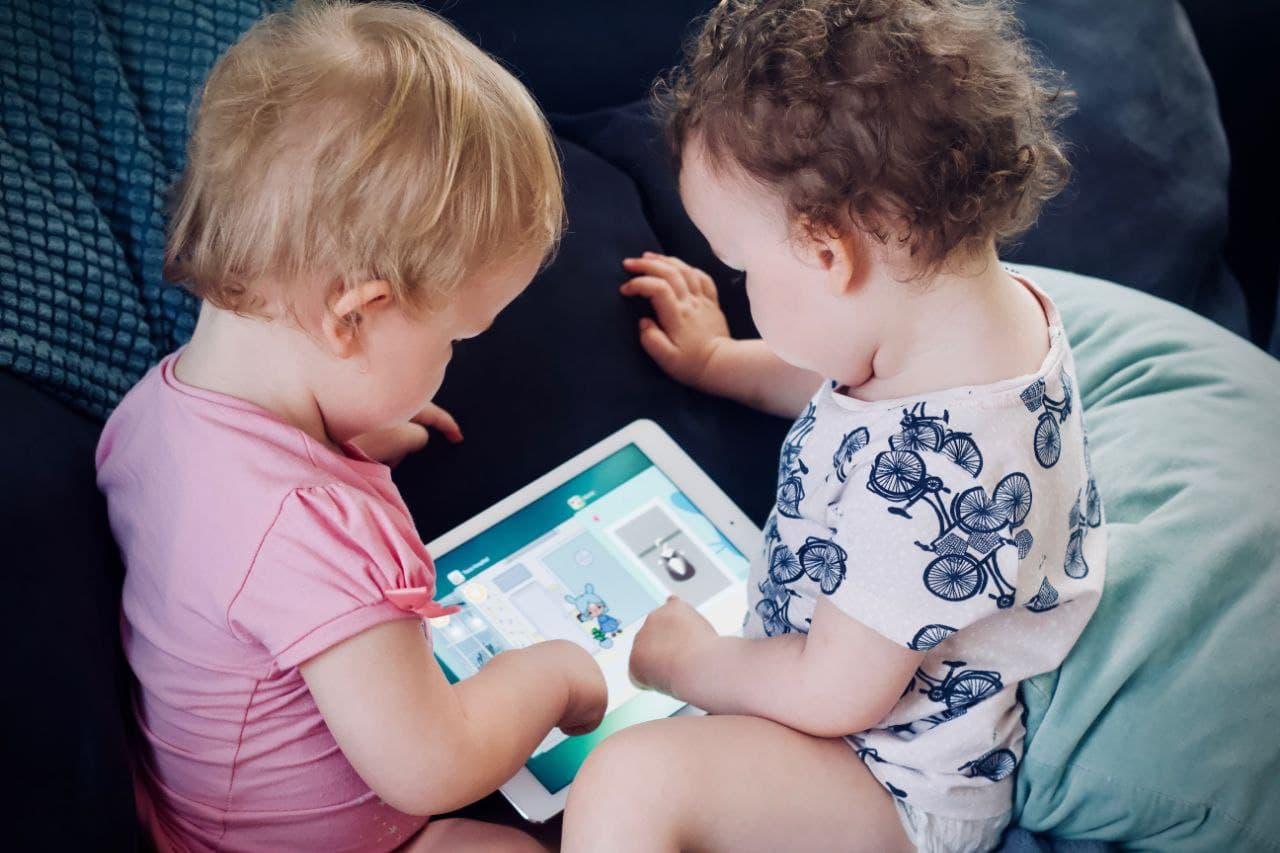 کودکان در حال استفاده از تبلت و اینترنت