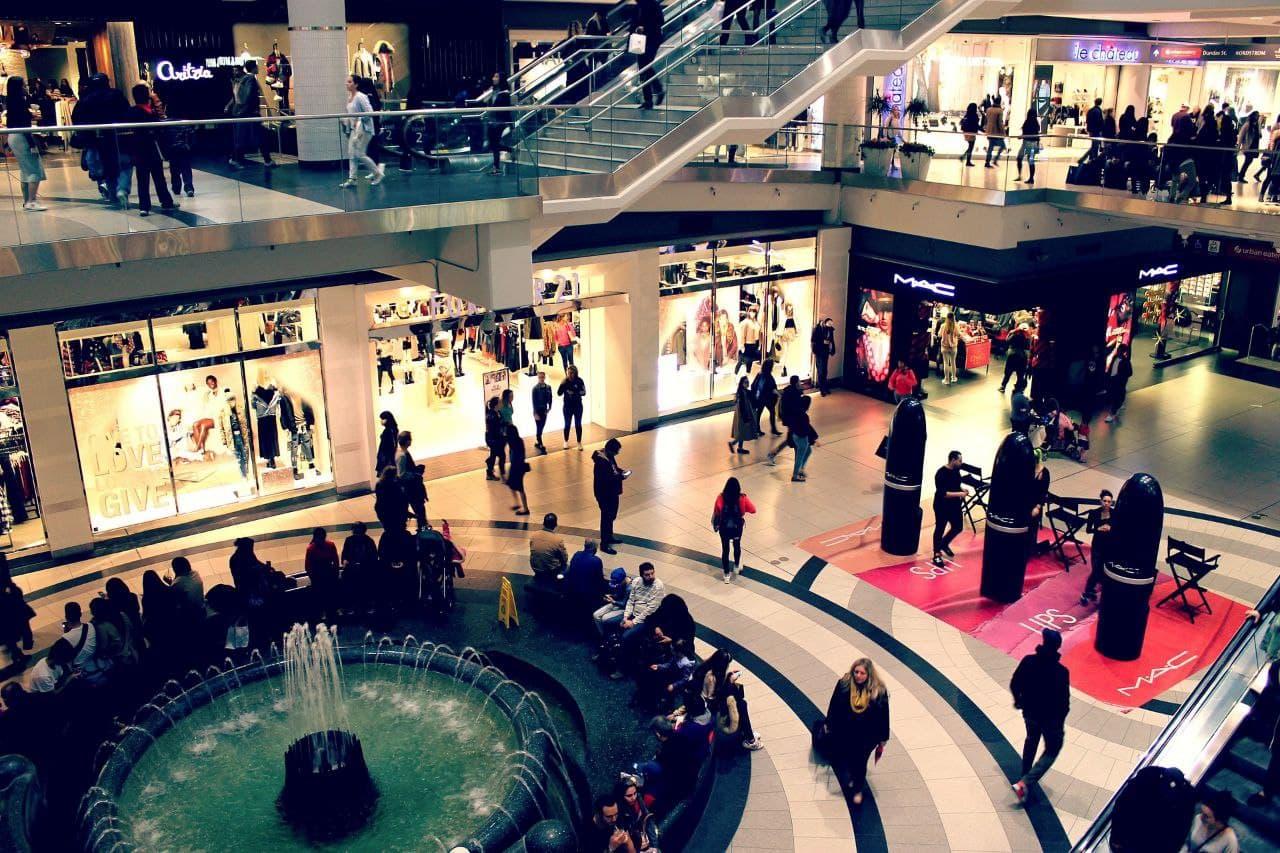 مردم در حال خرید در مرکز تجاری