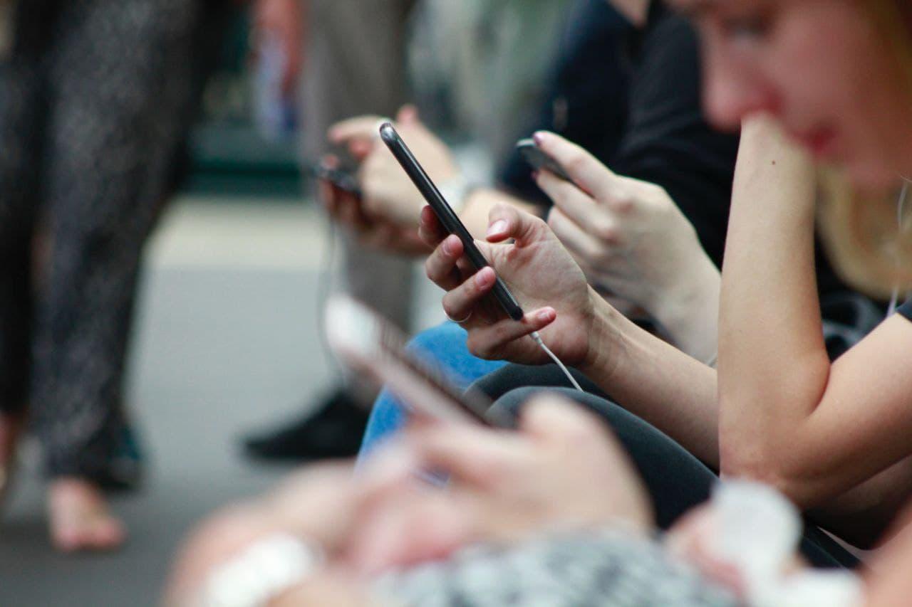 مردم در حال چت کردن با موبایل