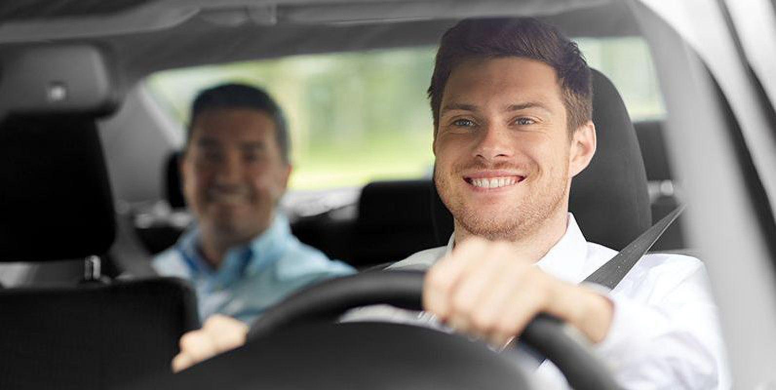 راننده و مسافر درون تاکسی