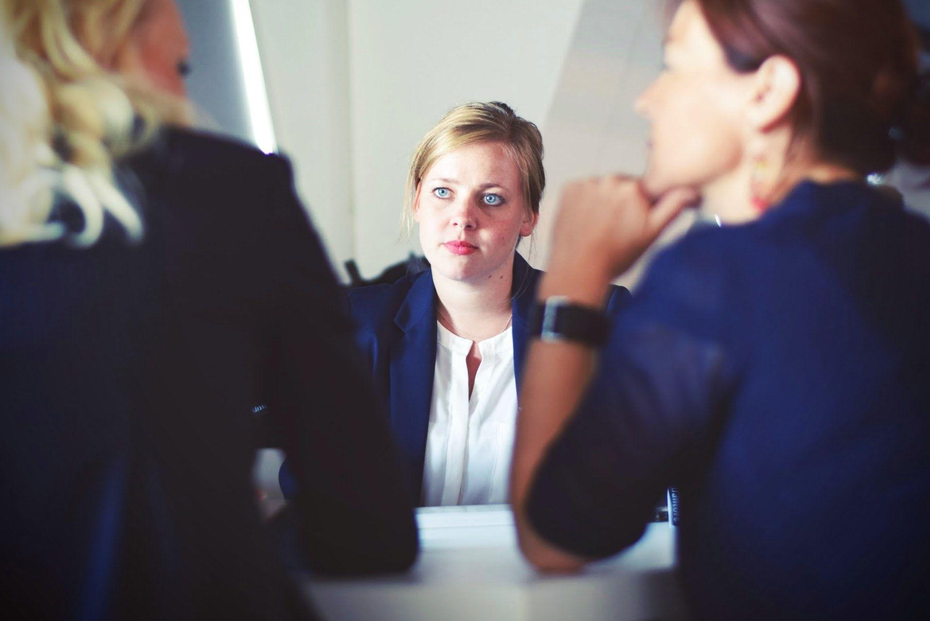 زن در جلسه ی کاری